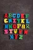 abcalfabet (bokstäver) som göras från trä Arkivfoton
