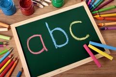 abcalfabet på svart tavla, förskole- grundläggande läsning och handstil Royaltyfri Bild