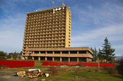 Abchazië, oorlog-verwoest kuuroord-hotel en roestige auto Royalty-vrije Stock Foto