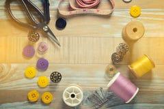 abckaka- och sömnadhjälpmedel på tappningträbakgrund Kopia-utrymme Royaltyfri Foto