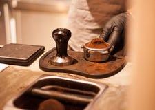 Abdämmen-Espresso geschossen mit der Hand lizenzfreies stockfoto
