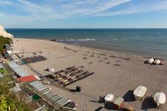 Пляж Девон Англия Великобритания пива с людьми abd шлюпок Стоковое Изображение