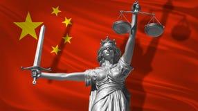 Abdeckung über Gesetz Statue des Gottes von Gerechtigkeit Themis mit Flagge von China-Hintergrund Ursprüngliche Statue von Gerech lizenzfreie abbildung
