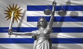 Abdeckung über Gesetz Statue des Gottes von Gerechtigkeit Themis mit Flagge von Uruguay-Hintergrund Ursprüngliche Statue von Gere lizenzfreie abbildung
