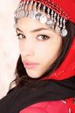 Abdeckung der recht jungen Frau mit rotem Schal Lizenzfreie Stockfotos