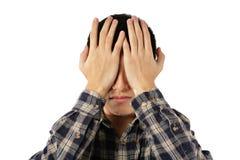 Abdeckung des jungen Mannes seine Augen Lizenzfreie Stockbilder