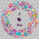 Abdeckung oder Karte Design im Stil des children& x27; s-Gekritzel Kritzelt Feiertag durch das Meer Stockbilder