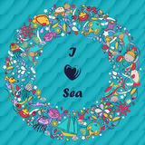 Abdeckung oder Karte Design im Stil des children& x27; s-Gekritzel Kritzelt Feiertag durch das Meer Lizenzfreie Stockbilder