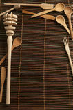 Abdeckung von rustikalen hölzernen Küchenwerkzeugen Lizenzfreie Stockfotografie