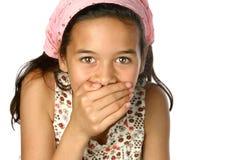 Abdeckungmund des jungen Mädchens stockfotografie