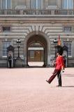 Abdeckungsänderung im Buckingham Palace Stockfotos