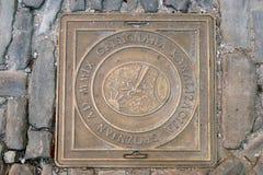 Abdeckungsabwasserkanaleinsteigeloch in der Straße. Stadtkünstler Groznjan Lizenzfreie Stockfotografie