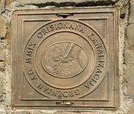 Abdeckungsabwasserkanaleinsteigeloch in der Straße. Stadtkünstler Groznjan Stockfotografie