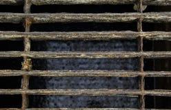 Abdeckungsgeschlossenes Stahlgitter der Abwasserleitung stockfoto