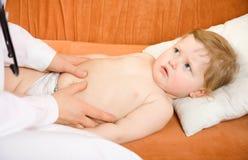 Abdomen del bebé del examen del pediatra del doctor Fotos de archivo libres de regalías