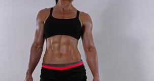 Abdomen muscular de la mujer almacen de video