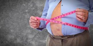 Abdomen obeso del hombre con la cinta métrica Fotos de archivo