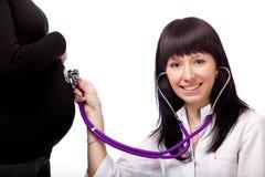 Abdomen que escucha del doctor Foto de archivo libre de regalías