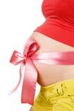 Abdomen una mujer embarazada joven atada con una costilla roja Imagen de archivo libre de regalías