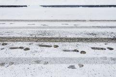 Abdrücke auf dem neuen Schneefeld in der Wintersaison Lizenzfreie Stockfotos