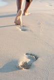 Abdrücke auf dem Strand zurückgelassen lizenzfreies stockfoto