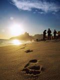 Abdrücke auf dem Ufer von Ipanema-Strand bei Sonnenuntergang Stockfotografie