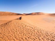 Abdrücke auf dem Weg zu totem Vlei auf der Namibischen Wüste Lizenzfreies Stockbild