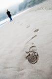 Abdrücke auf Sand und Person Lizenzfreie Stockfotos