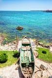 Abdrücke des Fischer ` s Erfolgs auf dem steinigen Ufer von Sozopol, Bulgarien Stockbilder