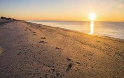 Abdrücke im Sand, Sonnenuntergang an der Küste Stockfotos