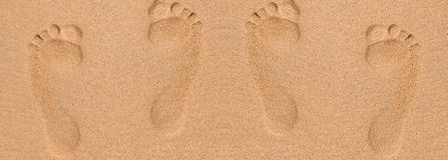 Abdrücke im Sand am Strand Stockfoto
