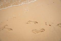 Abdruck entspannen sich in der Sommerzeit auf Sandstrand-Inselnatur Lizenzfreies Stockbild