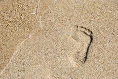 Abdruck im goldenen Sand Stockfotos