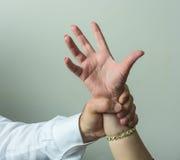 Abductor, mano de los man's del forcefull en una hembra Fotos de archivo libres de regalías