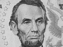 Abe Lincoln hace frente en nosotros a la macro ascendente cercana de cinco billetes de dólar, 5 usd, u Imágenes de archivo libres de regalías