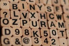 Abecadło listy, liczby na drewnianych sześcianów listowym znaczku Obrazy Royalty Free