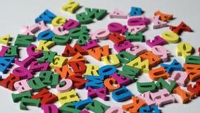 Abecadło listy na drewnianych scrabble kawałkach rozpraszających zbiory