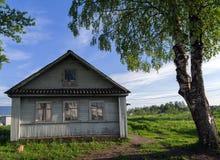 Abedul de Rusia del pueblo de la casa Foto de archivo