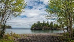 Abedul, el lago Superior, isla del ellingson, faro partido de la roca Foto de archivo libre de regalías