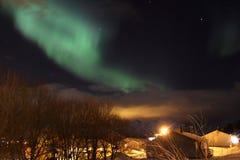 Abedules de la luz norteña y casas de Noruega Fotos de archivo libres de regalías