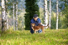 Abedules del perro del hombre Fotografía de archivo libre de regalías