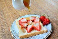 Abeille de miel de fraise Photographie stock