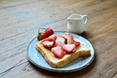 Abeille de miel de fraise Photos stock