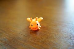 Abeille mignonne de jouet sur la table en bois avec l'espace de copie endroit vide de fond d'enfance pour le texte photographie stock