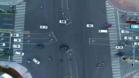 Abejón aéreo acelerado tirado de cruce en la ciudad, los coches y los autobuses conduciendo por la avenida En la puesta del sol almacen de metraje de vídeo