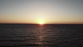 Abejón aéreo de la puesta del sol tirado del mar Mediterráneo Ondas cielo y sol del mar en horizonte Tiro cinem?tico del abej?n almacen de video