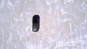 Abejón aéreo de la visión superior tirado de la conducción de automóviles de plata del minivan a lo largo del llano increíble del almacen de metraje de vídeo