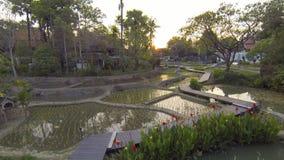 Abejón aéreo de un pueblo en Tailandia metrajes