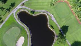 Abejón aéreo del campo de golf del paso elevado almacen de metraje de vídeo