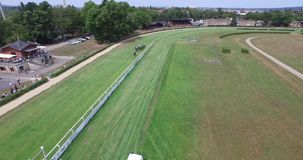 Abejón aéreo 4k Dresden de Pferderennbahn del circuito de carreras del caballo metrajes